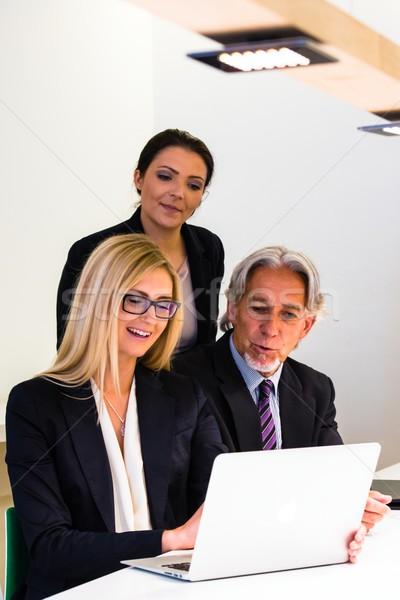 Grupo reunião de negócios laptop misto discutir Foto stock © franky242