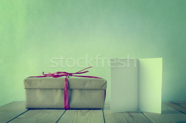 Сток-фото: подарок · грубая · оберточная · бумага · пустую · карту · шкатулке · простой · розовый