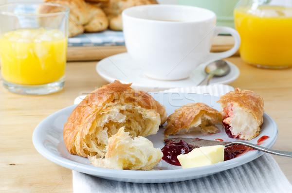 Kontinentális reggeli fa asztal asztal croissantok narancslé kávé Stock fotó © frannyanne