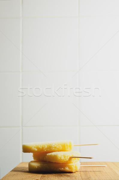 3  黄色 氷 木製 台所用テーブル ストックフォト © frannyanne