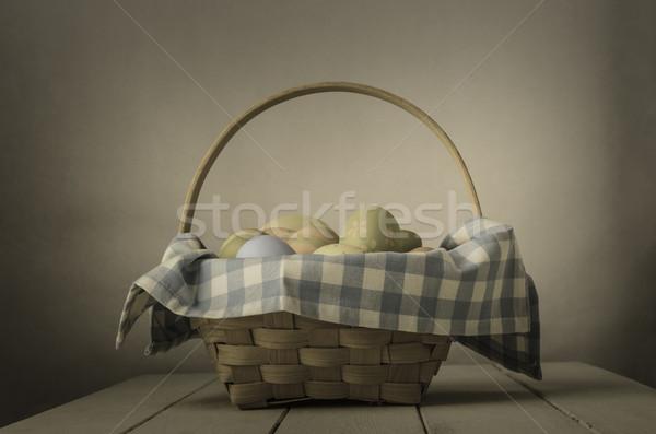 Húsvéti tojás kosár klasszikus stílus fonott csekk Stock fotó © frannyanne