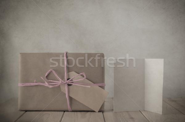 Barna papír ajándék doboz rózsaszín üdvözlőlap fénykép klasszikus Stock fotó © frannyanne