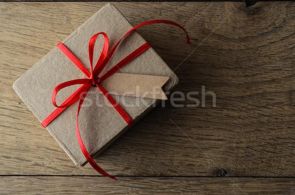 Barna ajándék doboz vörös szalag címke lövés karácsony Stock fotó © frannyanne