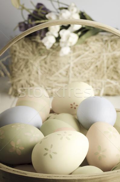 Húsvéti tojás kosár díszített húsvéti tojások fonott asztal Stock fotó © frannyanne