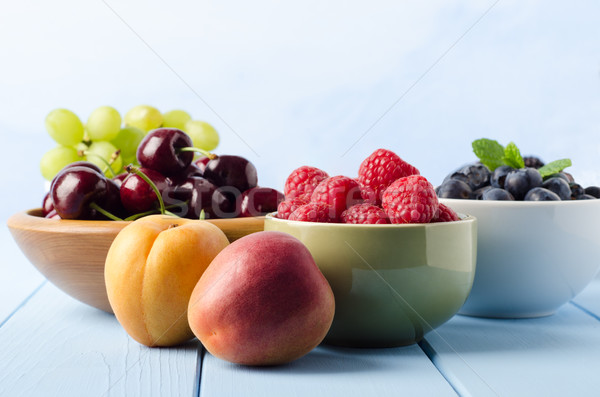 Frutas frescas luz azul madeira tabela Foto stock © frannyanne