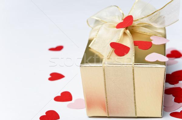San valentino cuori scatola regalo oro nastro Foto d'archivio © frannyanne