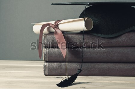 Graduation cap défiler livres haut Photo stock © frannyanne