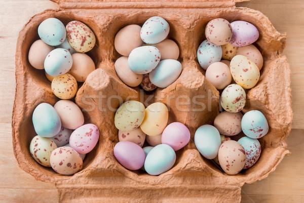 Oeuf bonbons remplissage carton vue Photo stock © frannyanne