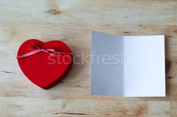 Kalp hediye kutusu boş kart atış boyalı kırmızı Stok fotoğraf © frannyanne