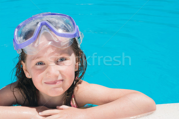 Jong meisje zwembad jonge gelukkig meisje exemplaar ruimte kamer Stockfoto © Freila