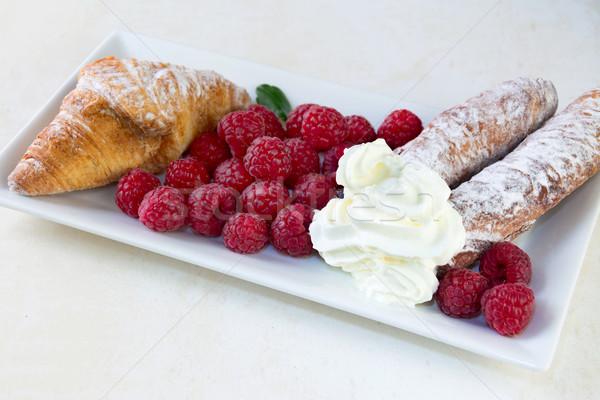 Framboises plaque croissant crème chambre texte Photo stock © Freila