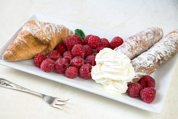 Photo stock: Framboises · plaque · croissant · crème · chambre · texte