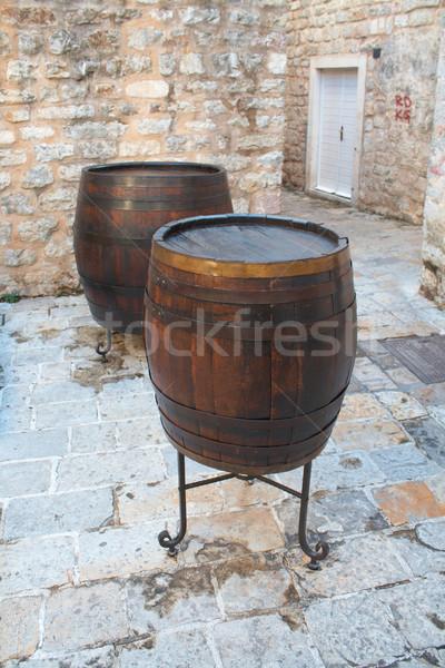 Velho vinho barril rua europeu cidade Foto stock © frescomovie