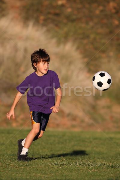 Garçon jouer ballon très tôt lumière du soleil Photo stock © Freshdmedia
