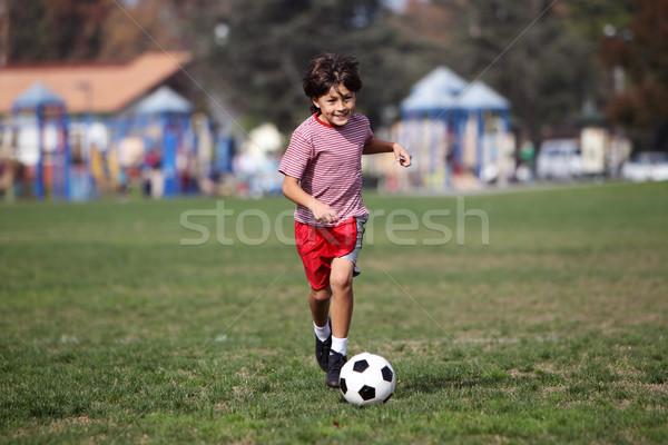 Garçon jouer football parc authentique action Photo stock © Freshdmedia