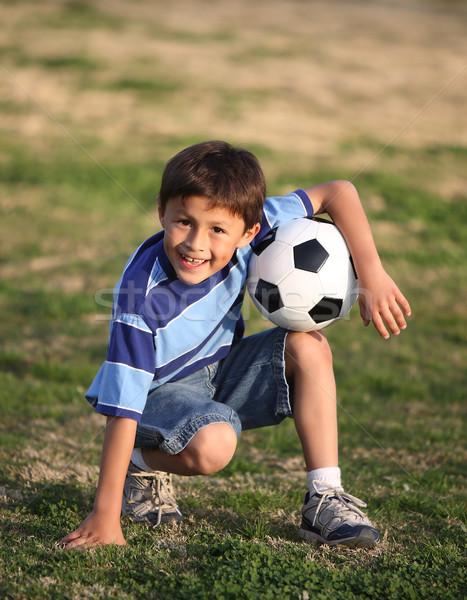Garçon ballon authentique heureux jouer domaine Photo stock © Freshdmedia