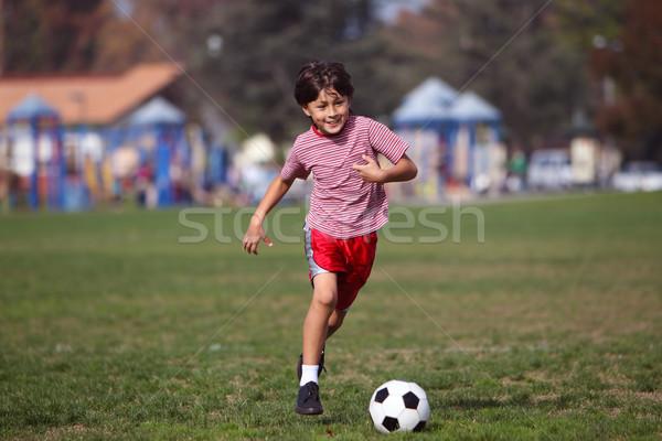 Garçon jouer football parc courir caméra Photo stock © Freshdmedia