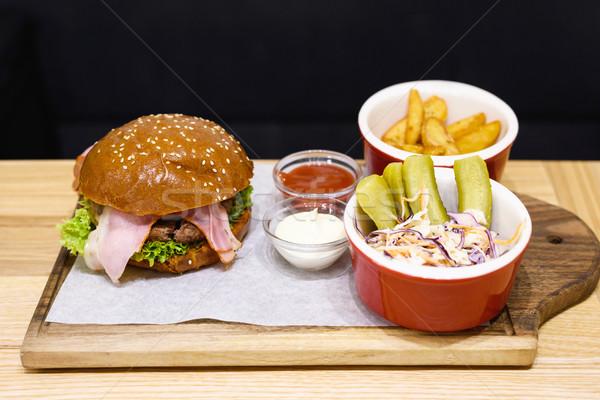Foto stock: Delicioso · hambúrguer · raro · bacon · frito · batatas