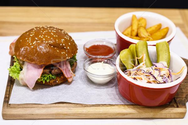 Delicioso hamburguesa raro tocino frito patatas Foto stock © frimufilms