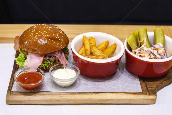 Delicioso hambúrguer bacon raro frito batatas Foto stock © frimufilms