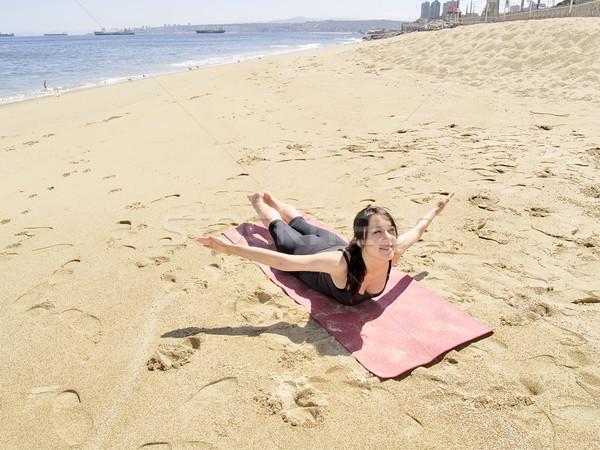 Yoga pose leraar strand water glimlach Stockfoto © fxegs