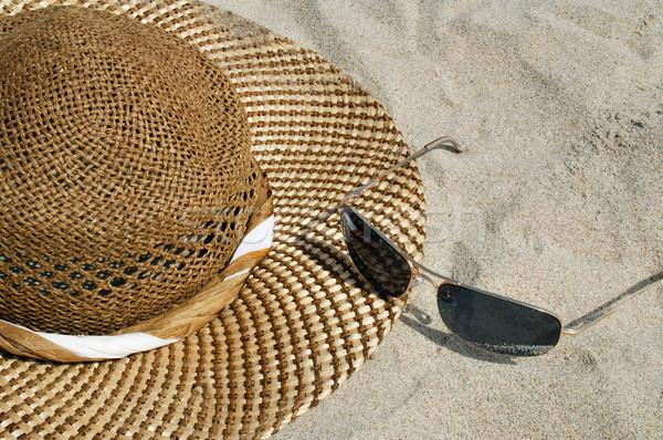 Kalap nap szemüveg fektet tengerpart virágok Stock fotó © fyletto