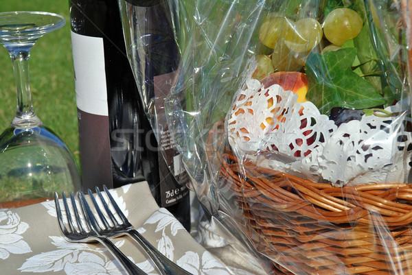 Wijn stilleven gras mand vruchten bril Stockfoto © fyletto