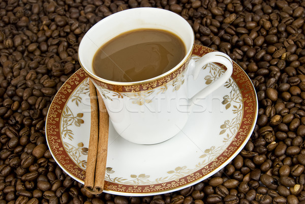 Copo fresco canela em pau grãos de café fundo Foto stock © fyletto