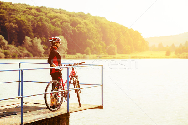 Jonge vrouw paardrijden fiets retro kleuren platteland Stockfoto © gabor_galovtsik