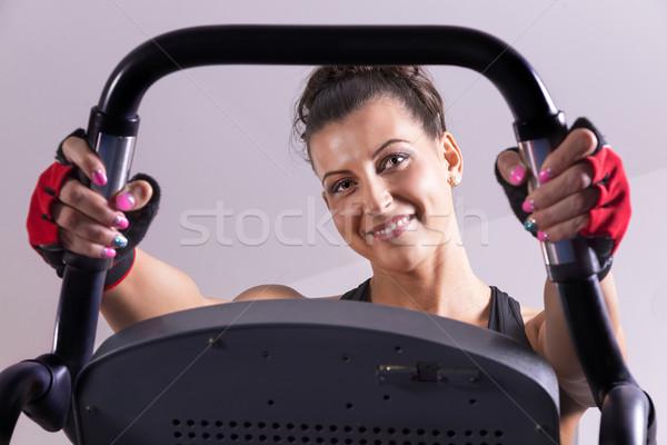 Vélo femme souriante exercice fitness chambre Photo stock © gabor_galovtsik