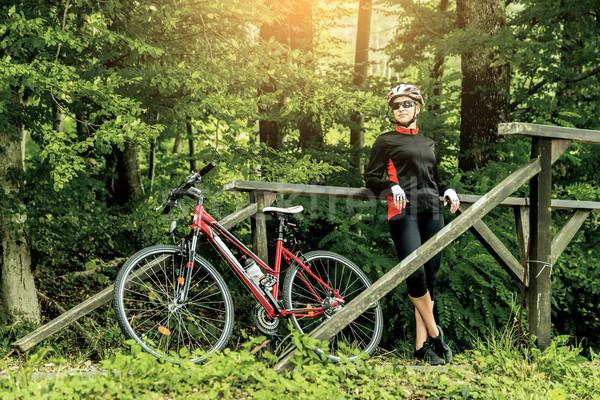 Heureux jeune femme équitation vélo à l'extérieur Photo stock © gabor_galovtsik