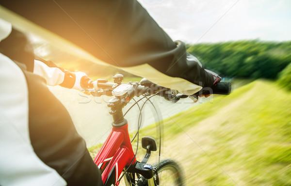 Widoku oczy kolarstwo górskie w dół Hill Zdjęcia stock © gabor_galovtsik