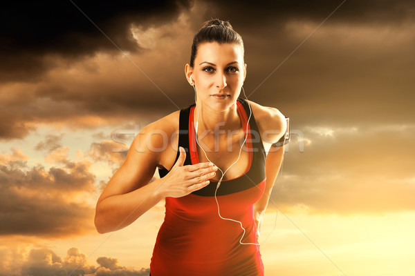 Femme courir coucher du soleil seuls belle sport Photo stock © gabor_galovtsik