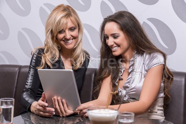 Amis deux belle femmes rire café Photo stock © gabor_galovtsik