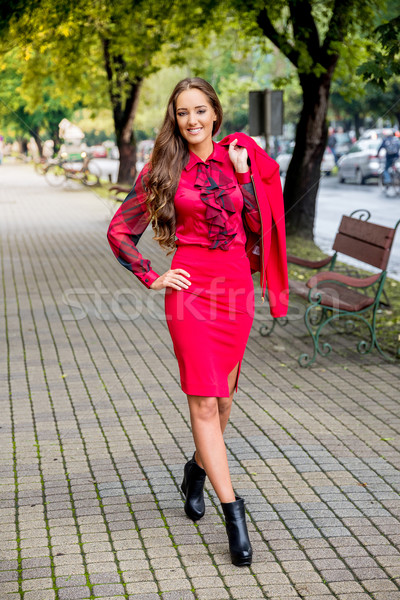 Modieus vrouw lopen straat meisje vrouwen Stockfoto © gabor_galovtsik