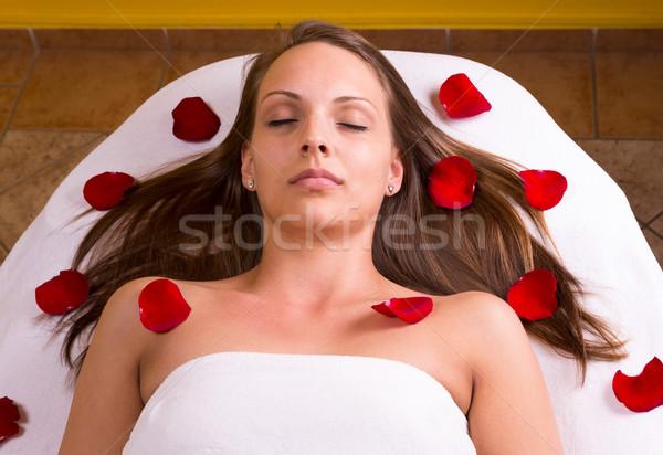 Belle femme femme massage spa lit Photo stock © gabor_galovtsik