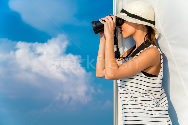 Femme jumelles blanche chapeau bateau Photo stock © gabor_galovtsik