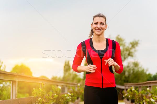 Lopen vrouw lopen platteland mooie zonsondergang Stockfoto © gabor_galovtsik