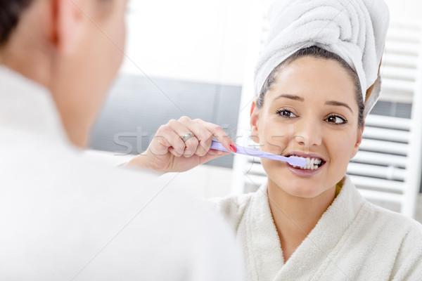 красивая женщина очистки зубов ванную утра девушки Сток-фото © gabor_galovtsik