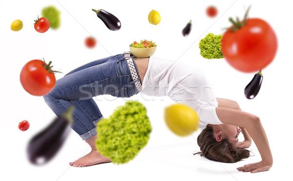 Groenten regen vrouw gymnasium voedsel vruchten Stockfoto © gabor_galovtsik