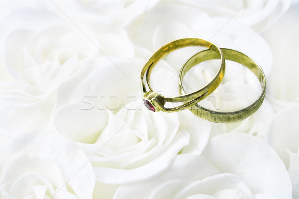 Dois anéis de casamento branco rosas moda vidro Foto stock © gavran333