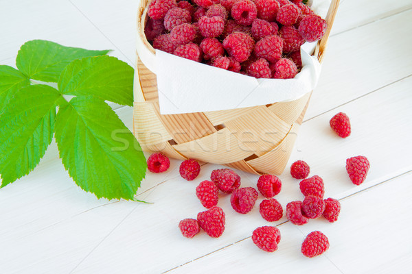 Framboises panier fraîches fruits bois peu Photo stock © Gbuglok