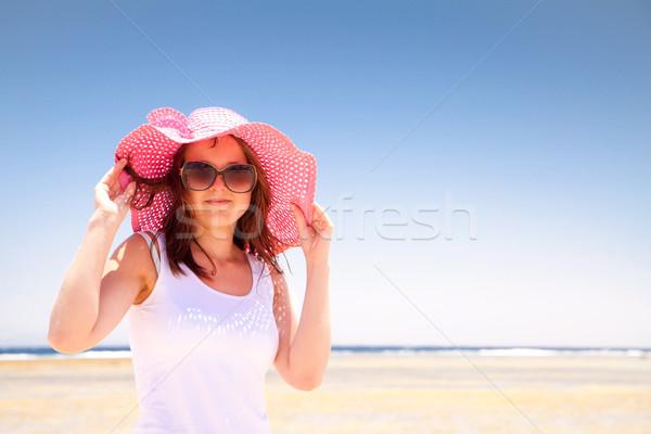 Femme rose chapeau ensoleillée plage eau Photo stock © Gbuglok