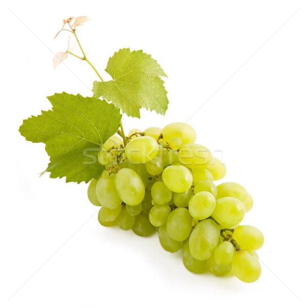 Bos druiven vers groene druiven geïsoleerd witte Stockfoto © Gbuglok