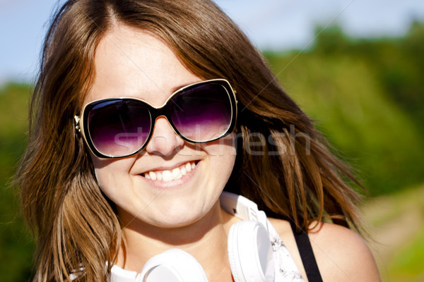 Jeunes fitness fille portrait Nice lunettes de soleil Photo stock © Gbuglok