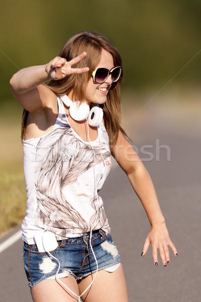 Jong meisje dansen outdoor jonge mooie gelukkig meisje Stockfoto © Gbuglok