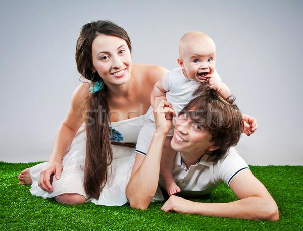 Família feliz sorridente grama verde menina sorrir feliz Foto stock © GekaSkr