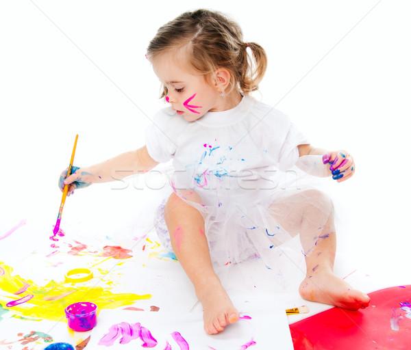 Cute dziewczynka malarstwo szczotki papieru dziewczyna Zdjęcia stock © GekaSkr