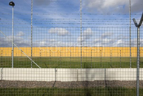 Hapis duvar gökyüzü Metal tel suç Stok fotoğraf © gemenacom