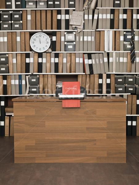 Vertrouwelijk vernietiging materiaal kantoor klok tabel Stockfoto © gemenacom